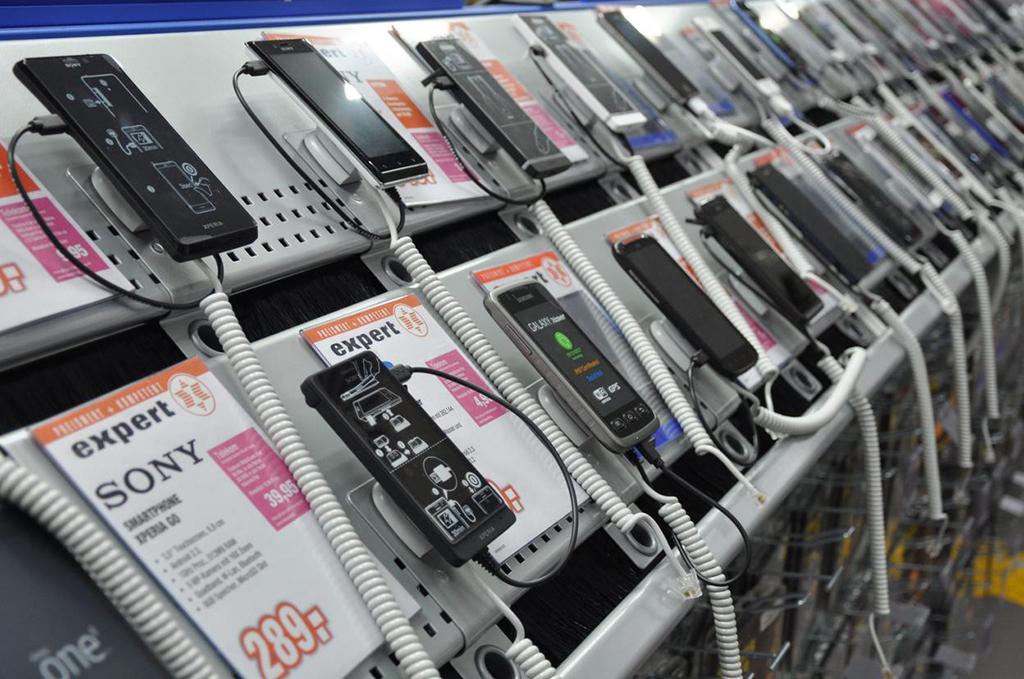 A műszaki webáruházakban jól meg is tapogathatjuk a készülékeket vásárlás  előtt. 2ef44d6f94