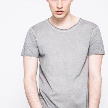 d0b6bcddd0 T-shirt kollekció Calvin Klein Jeans. Sima szövetből készült modell. -  Egyszerű stílus. - Kerek nyakkivágás. - Sima dzsörzé. - Vékony, rugalmas  anyagból.