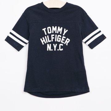 Gyerek t-shirt kollekció Tommy Hilfiger. Nyomtatott dzsörzéből készült  modell. - Egyszerű stílus. - Kerek nyakkivágás. - Vékony b929558995